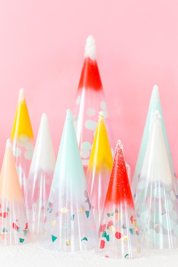 Weihnachtsbaum aus durchsichtiger Folie selber machen, mit Spray besprühen, kleine Stücke Papier kleben