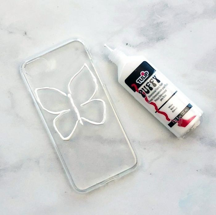ein Schmetterling mit weißen Konturen auf einer durchsichtigen Handyhülle, Handyhülle gestalten