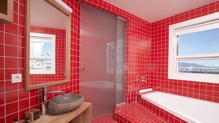 rotes badezimmer mit einem kleinen weißen fenster, badezimmer mit kleinen roten badezimmer fliesen, waschbecken und ein spiegel