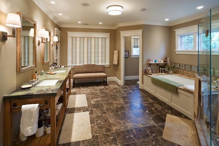 braune moderne badezimmer fliesen, eine weiße badewanne un dviele kleine weiße badezimmer lampen