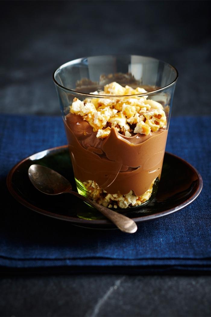 nachtisch im glas, schwarzer teller, schokoladenmousse mit nüssen, einfaches dessert