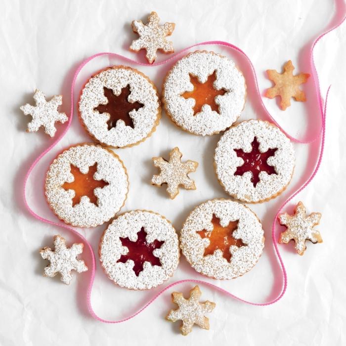 nachtisch weihnachten, runde keksen mit schneeflocken aus gelee, rosa schleife