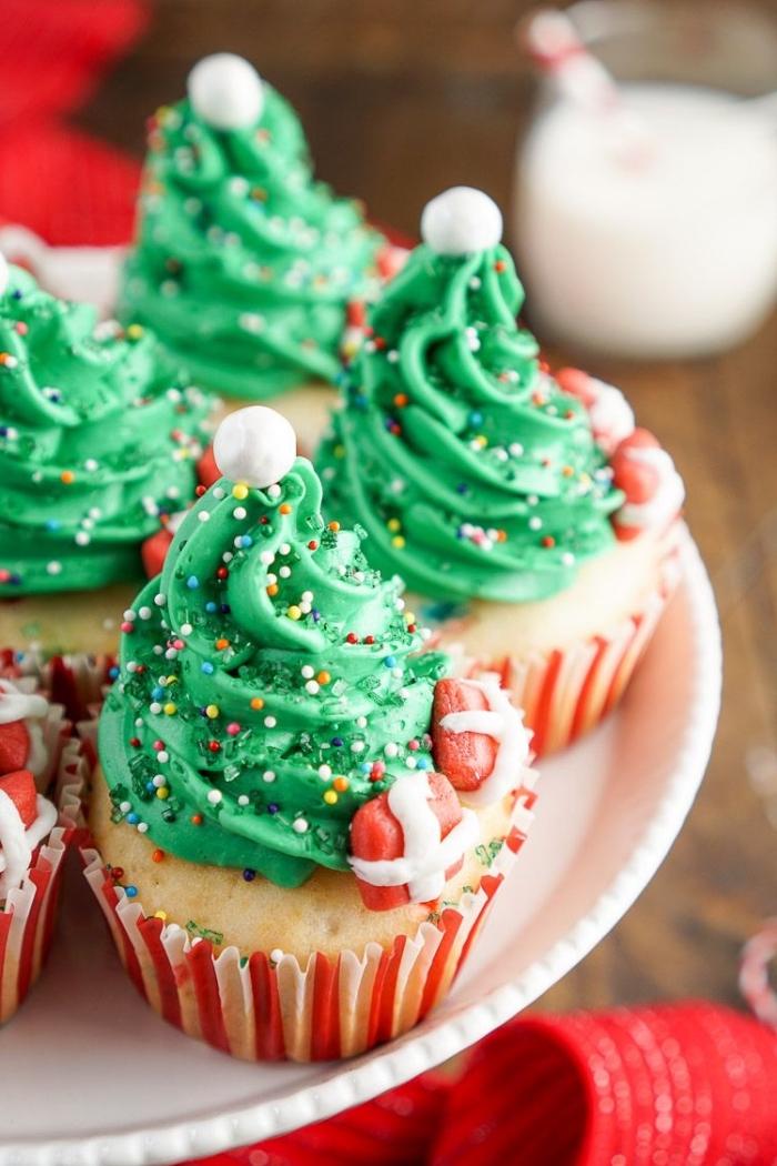 nachtisch zu weihanchten, cupcakes dekorieren, muffins verziert wie tannenbäume, grüne sahne