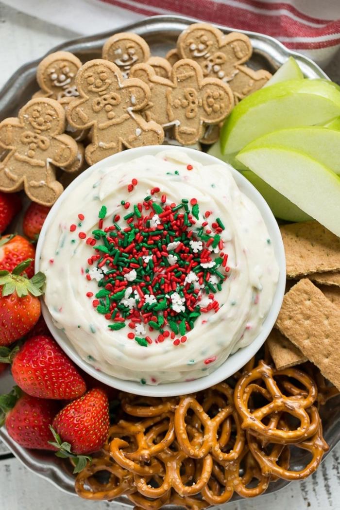 nachtisch zu weihnachten, weiße creme, stücke apfel, bretzeln und keksen