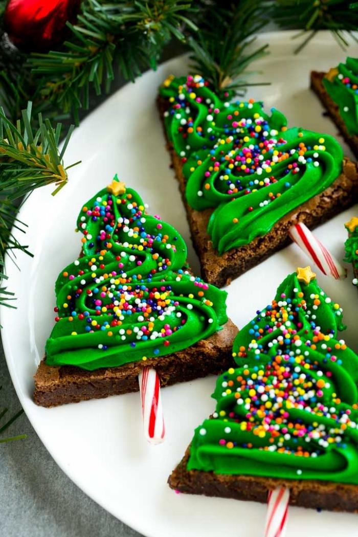 keksen in der form von weihnachtsbäumen, nachtisch zu weihnachten, bunte streusel
