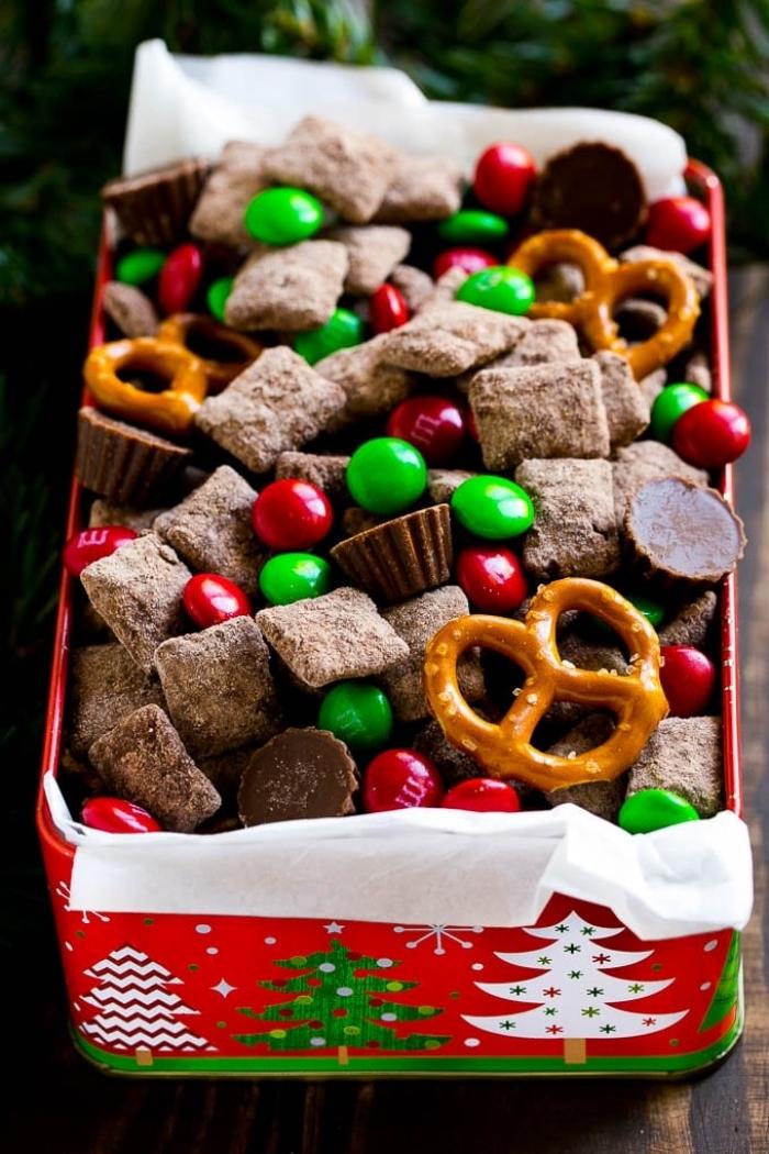 nachtisch zu weihnachten zubereiten, große box mit bonbons, bretzeln und pralinen