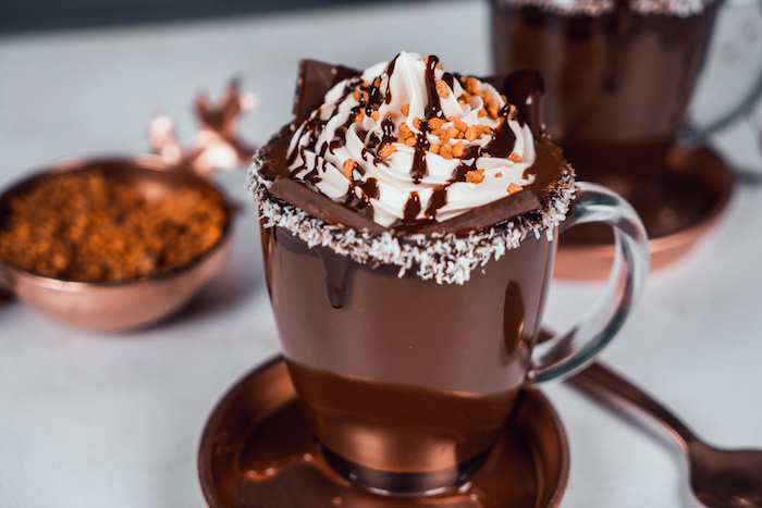 Heiße Schokolade Rezept, Erdnusscreme und Erdnusskrokant zum Dekorieren, geschmolzene Schokolade und Kokosraspel