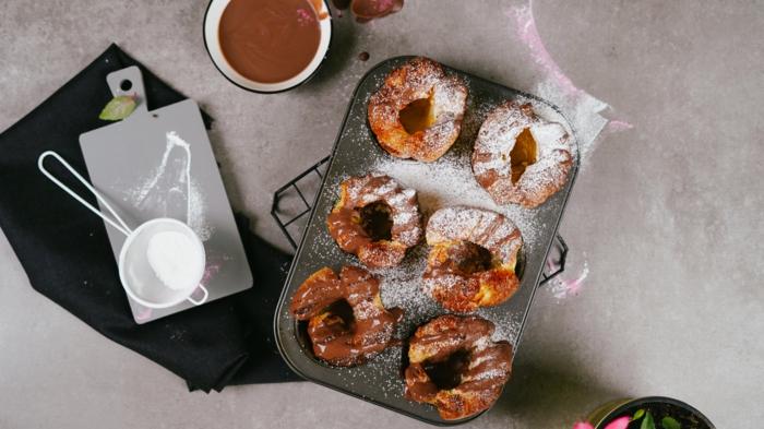 nachtisch zu weihnachten einfach und schnell, yorkshire pudding garniert mit pudderzucker und schokolade