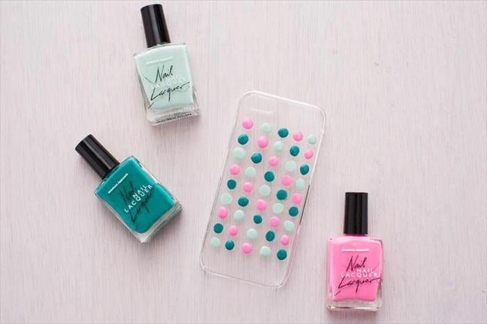 Durchsichtige Handyhülle selber gestalten, bunte Pünktchen aus Nagellack, in pink und grün,