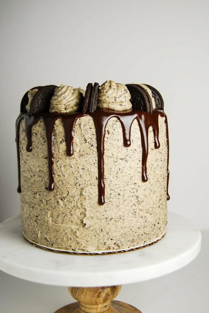 eine Torte mit hellbrauner Creme, Topping aus Schokolade, halbe Oreo Kekse, Oreo Backmischung
