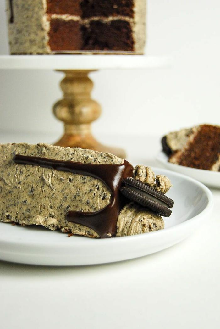 braune Creme, Oreo Backmischung, Topping aus Schokolade, Schokoladenböden, halbes Oreo
