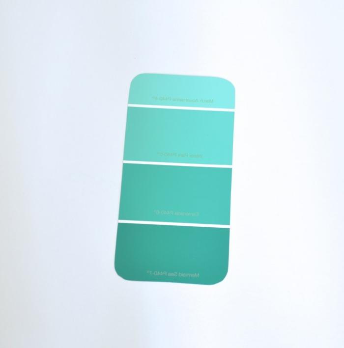 Ombre Effekt mit einem Tester von blauer Farbe, Handyhülle selbst gestalten günstig, fast kostenlos