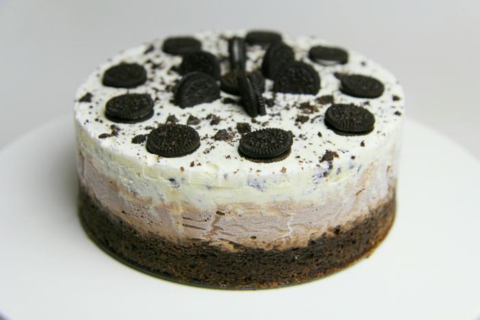 Oreo Backmischung, Schokoladenboden, Haselnusscreme, weiße Creme, ganze Oreo Kekse