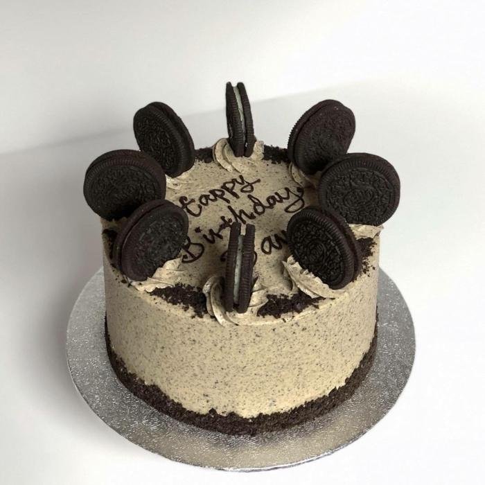 Happy Birthday auf einer Torte mit Oreo Keksen, Oreo Backmischung aus Milch und Oreos