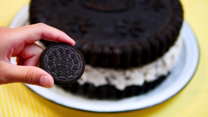 ein Oreo Keks, Oreo selber machen, weiße Creme zwischen zwei Schokoladenböden, ein weißer Teller