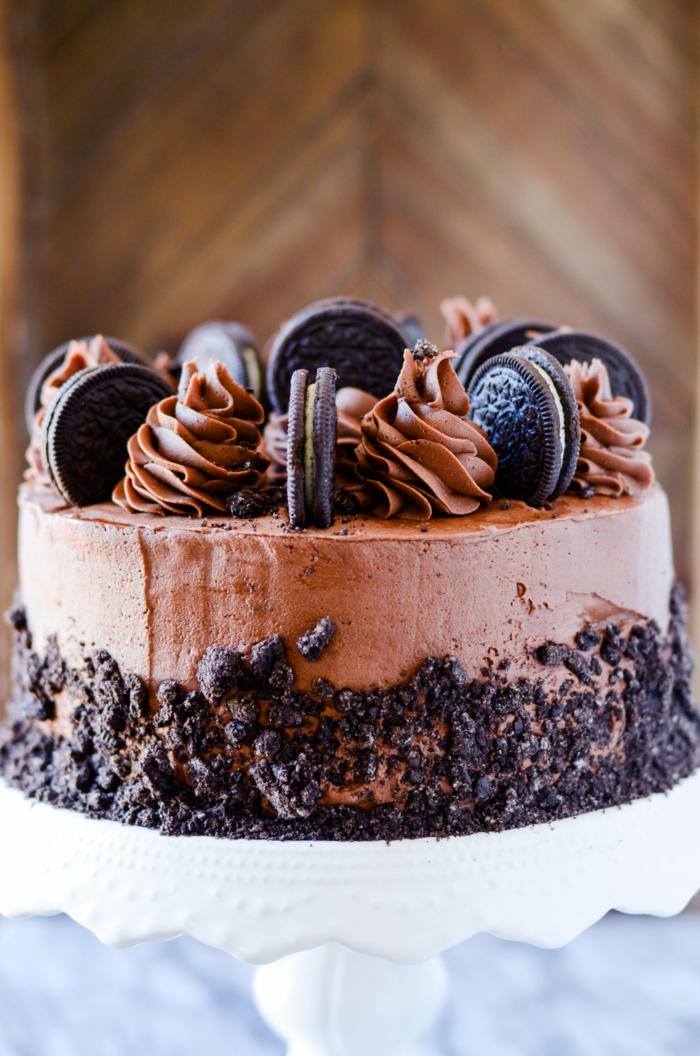 eine Torte mit Schokoladencreme, kleine Schokokeksen mit grüner Creme, Oreo selber machen