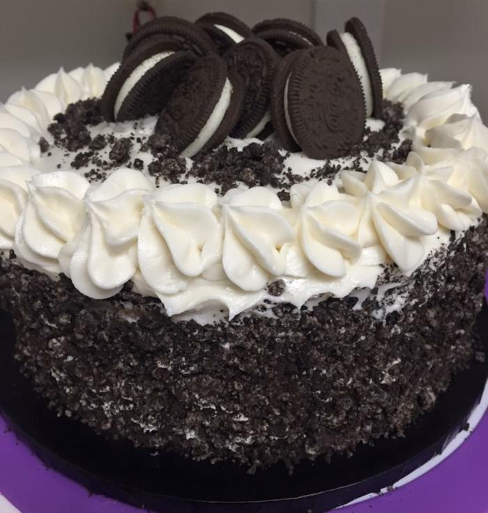 schwarz weiße Torte, weiße Creme, Oreo selber machen, Oreo Streuseln, Oreo Kekse als Dekoration