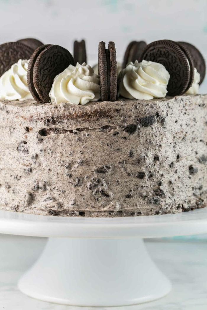 braune Oreo Creme mit kleine Stückchen Schokoladenkekse, weiße Blüten aus Sahne, Oreo Torte