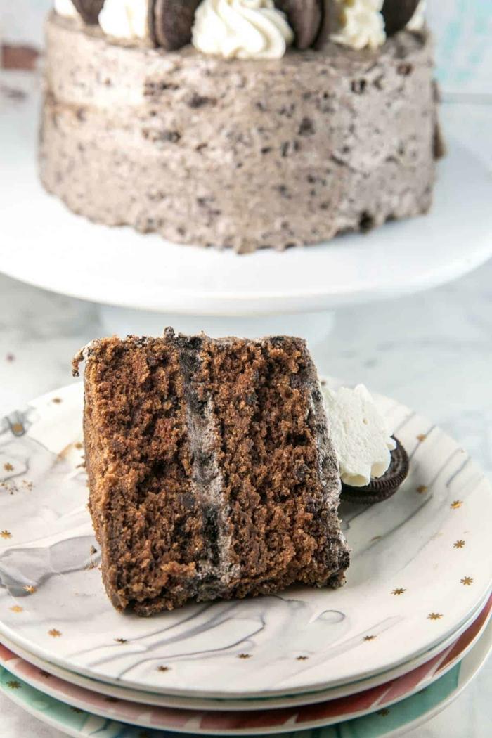 ein kleines Stück Oreo Torte, Schokoladencreme mit kleinen Krümmeln von Oreo Keksen