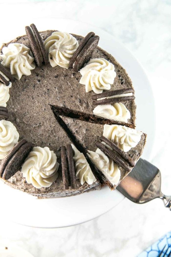 Oreo Torte, ein leckeres Stück von Torte mit Schokolandencreme und weiße Blüten aus Sahne