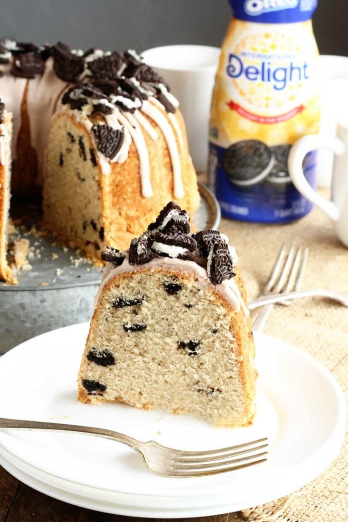 ein Kuchen mit klenen Oreokeksen darin, Oreo Stückchen als Dekoration und weiße Creme, Oreo selber machen