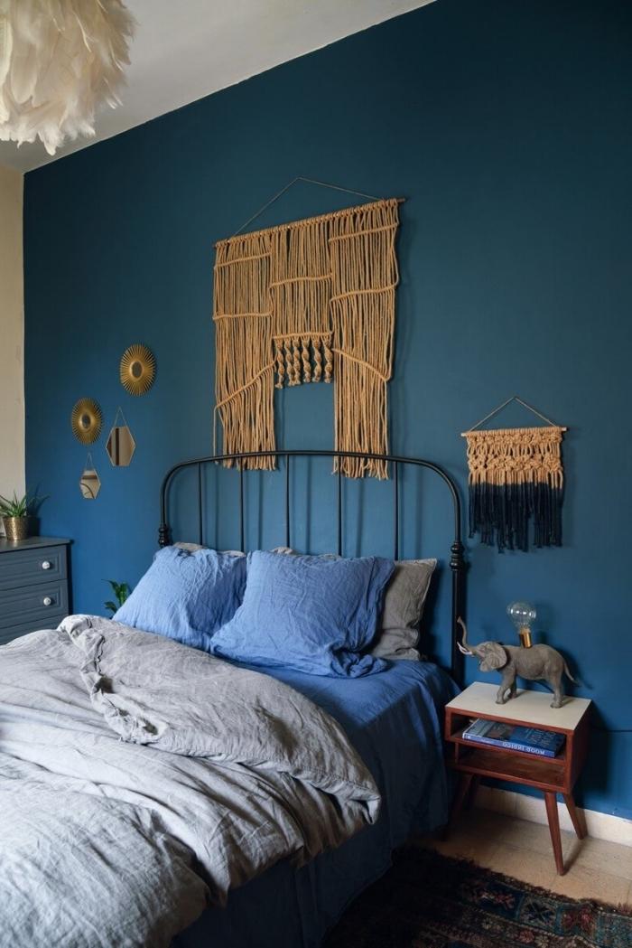 makramee kette für die wand, dunkelblaue wand mit goldener kette dekorieren, wanddeko