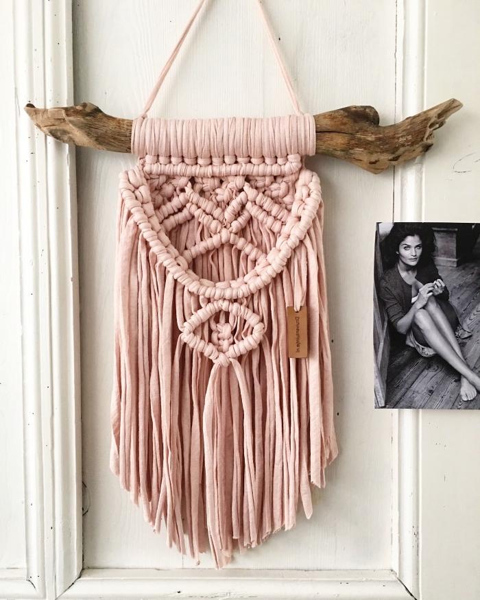 knüpfen anleitung für diese schöne wanddeko in rosa, makrameedeko aus stoff
