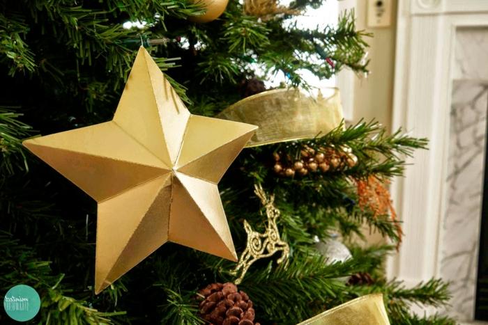 ein Christbaum mit goldenem Farbschema geschmückt, Weihnachtssterne basteln