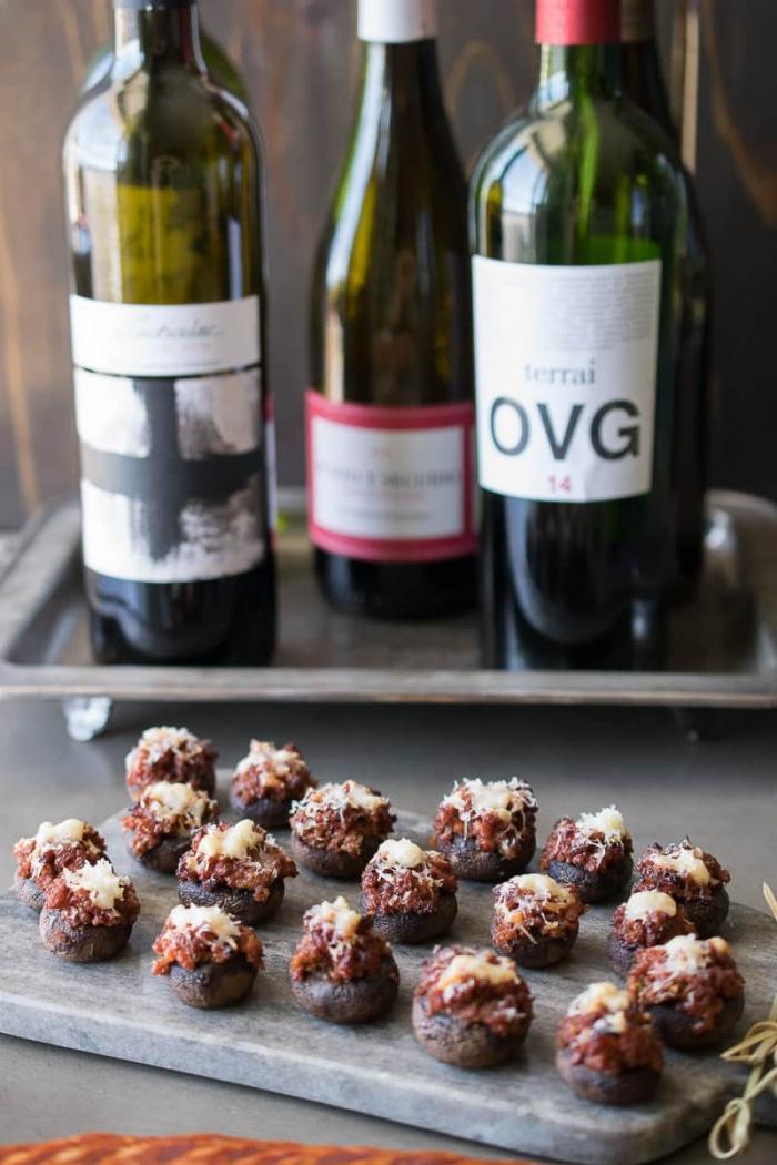 party essen schnell, roter wein, pilzen gefüllz miz bacon und käse, vorspeise ideen