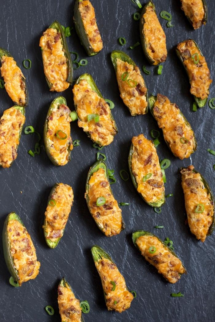 party essen schnell, schwarze platte, grüner paprika mit käse, gehakte frühlingszwiebel