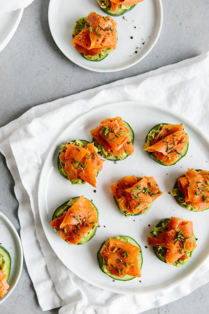 party ideen, häppchen mit gurke, lachs und avocadopüree, vorspeise einfach