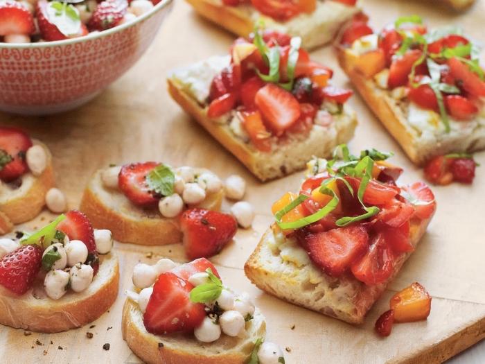 essen für geburtstag ideen, süße bruschettas mit mini marshmalloes und erdbeeren
