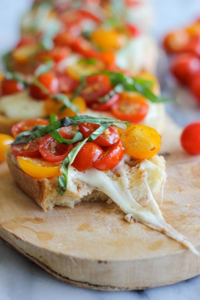 partyrezepte für 20 personen, kleine brotscheiben, gelbe und rote cherry tomatten, grüner salat