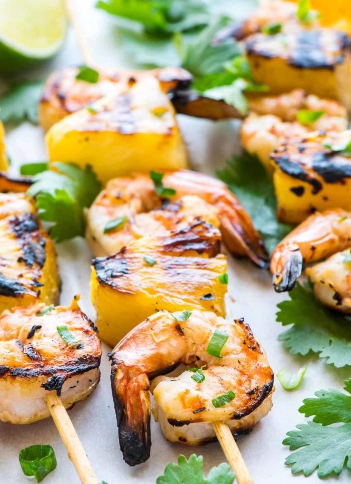 partyrezepte mit fleisch, spießen mit gebackten garnlen und ananas, pettersilie