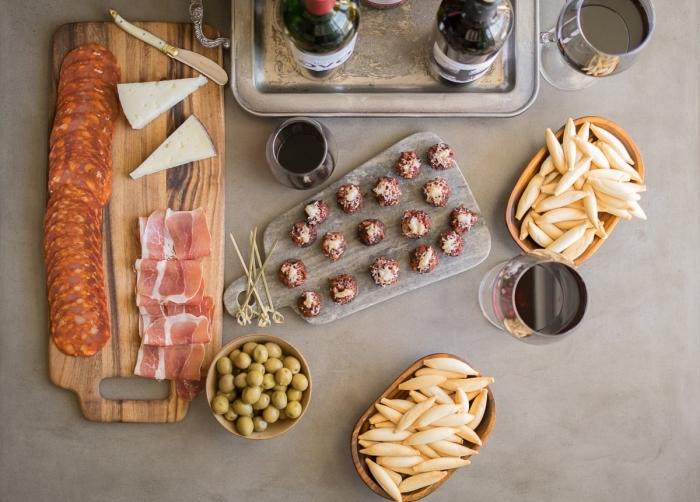 platte mit salami, käse und schinken, partyrezepte mit fleisch, fleischbällchen mit käse