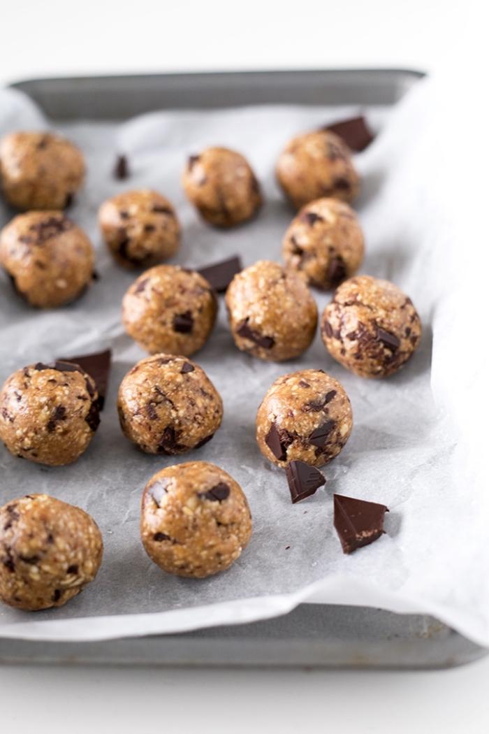 bällchen aus erdnussbutter, nüssen und schokolade, partyrezepte zum vorbereiten am vortag, metallener backbleck