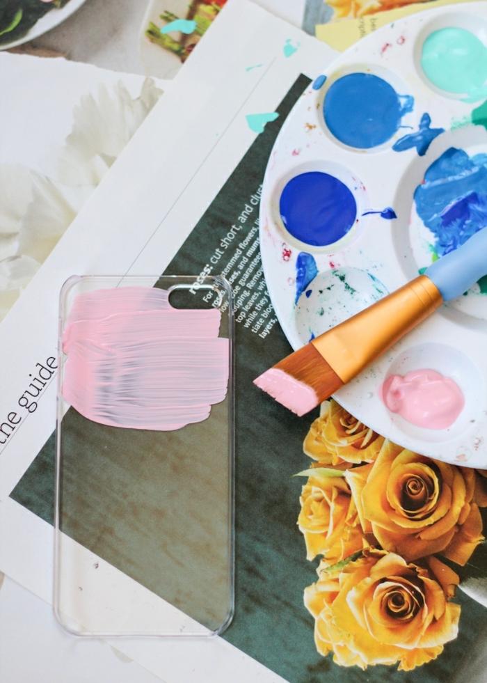 Silikon Handyhülle, DIY Anleitung Bemalung mit Acrylfarbe in pink, Palette mit Farben, gelbe Blumen