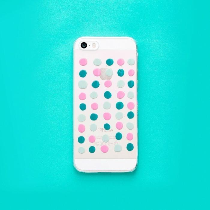 IPhone Handyhülle selber gestalten mit Tropfen von Nagellack in grüner und rosa Farbe