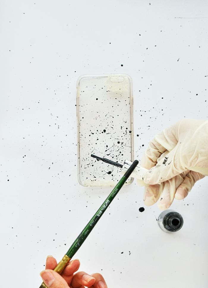 Spritzen von Handyhülle mit schwarzem Nagellack, iphone 6s Handyhülle, Hand mit Gummihandschuhe