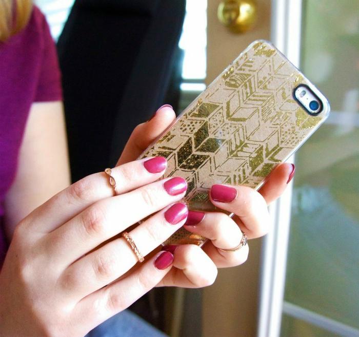 eine interessante personalisierte Handyhülle mit goldfarbene Pfeilen als Dekoration auf braunem Hintergrund