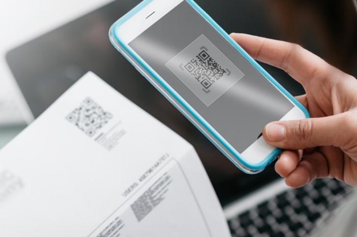 qr code einsatz und verwendung, handy in blau und weiß, dokument mit code, laptop