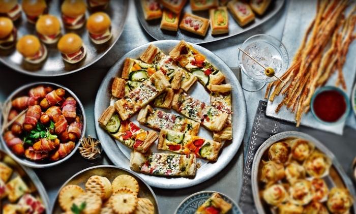 mini pizzas, würstchen mit bacon, rezepte für gäste, party planen, essen ideen