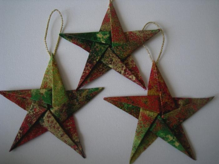 drei bunte Sterne, Papiersterne basteln, goldene Schleife, Sterne aus Geschenkpapier