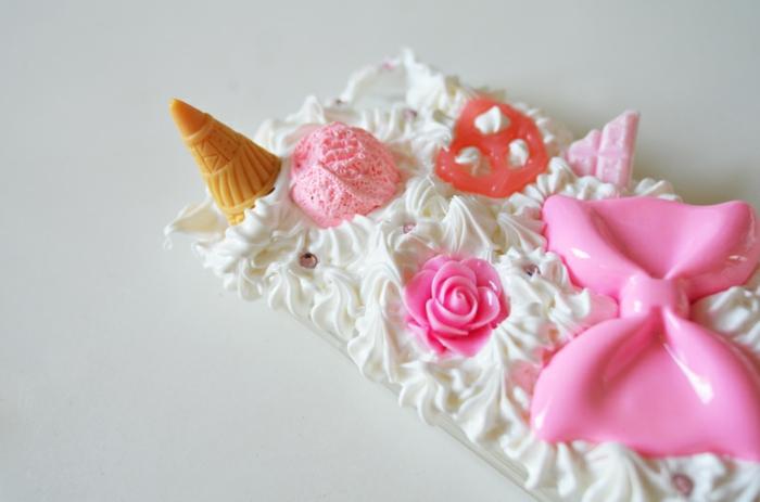 Handyhülle selber gestalten wie eine Torte mit Sahne und verschiedene Süßigkeiten in rosa und weißer Farbe