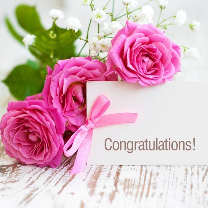 karte mit kleinem strauß mit pinken rosen und weißen blumen und einer pinken schleife, glückwünsche zur hochzeit kurz