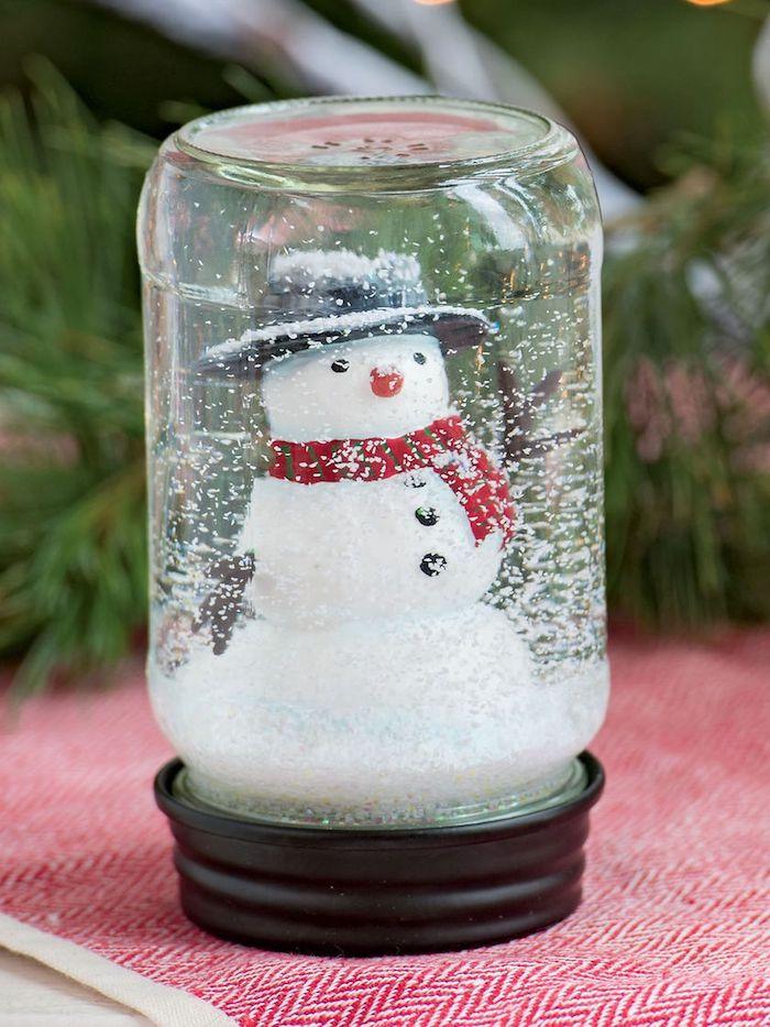 Selbstgemachte Schneekugel mit Schneemann und künstlichem Schnee, Weihnachtsbasteln mit Kindern