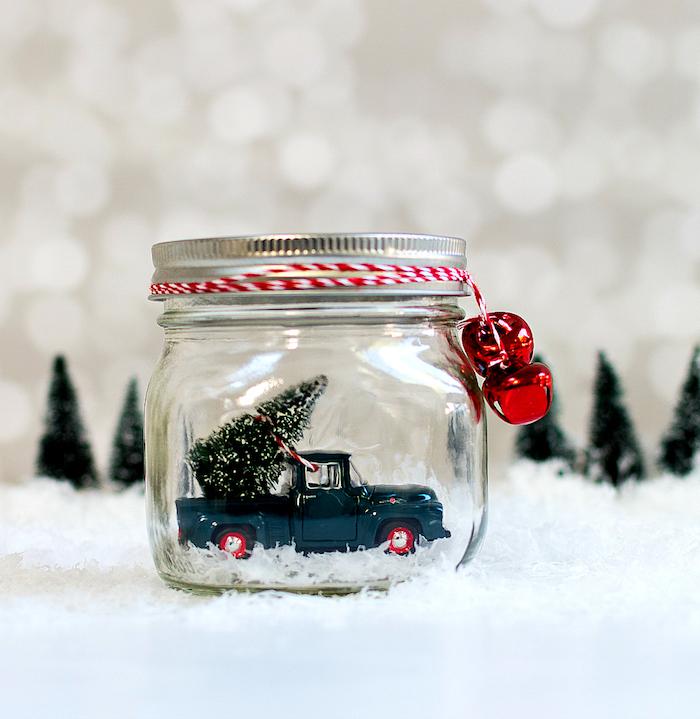 Schneekugel einfach selber machen, ohne Wasser, Spielzeugauto und Weihnachtsbaum in Einmachglas