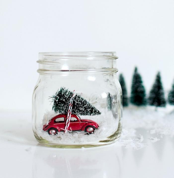 Spielzeugauto Weihnachtsbaum und künstlicher Schnee in Einmachglas stecken, selbstgemachte Schneekugel