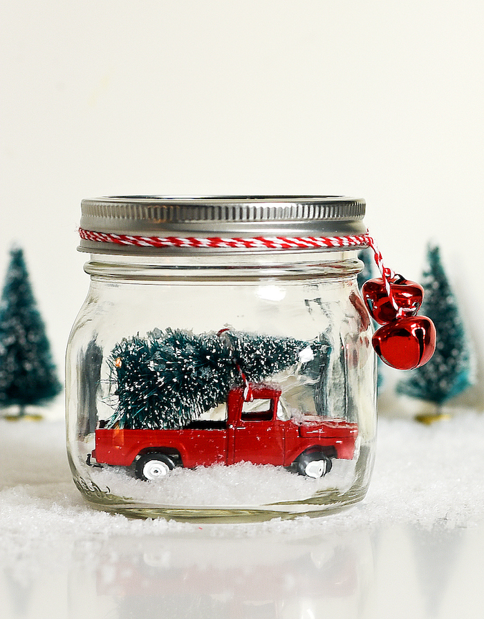 Kreatives Weihnachtsgeschenk selber machen, Schneekugel aus Einmachglas, Spielzeugauto und Weihnachtsbaum darin