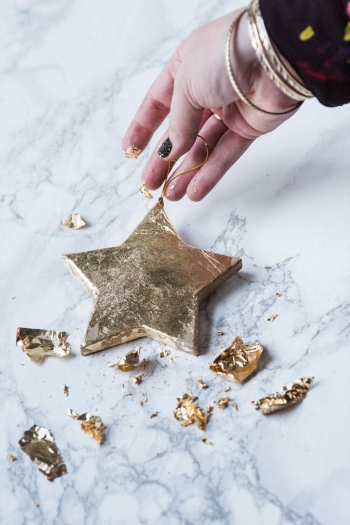 die überflüssige Teile von dem Goldblatt können Sie als zusätzliche Dekoration nutzen, Sterne basteln